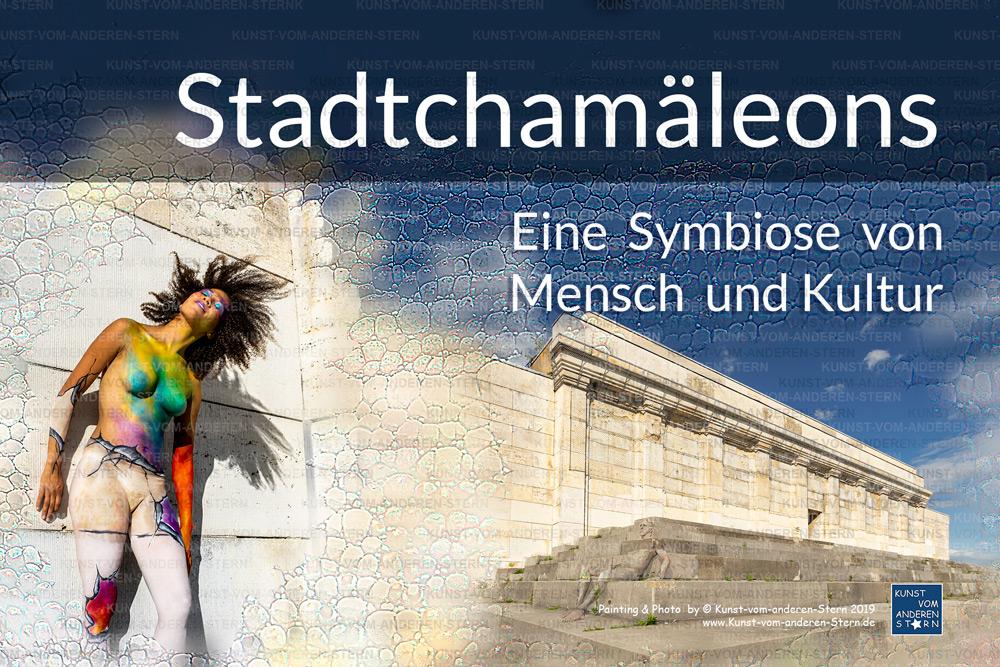 """Stadtchamäleons – Bodypainting an der Haupttribüne des Zeppelinfeldes (Reichparteitagsgelände) – Kalender """"Eine Symbiose von Mensch und Kultur"""""""